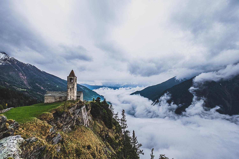 Ein saftiges Plateau mit der fotogenen Kirche San Romerio