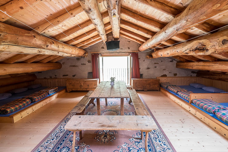 Gemütlicher Schlafsaal im Dachboden