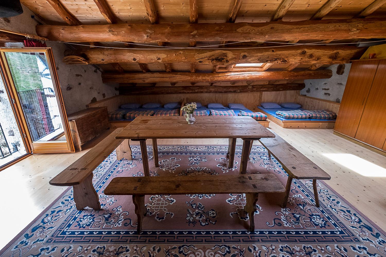 Schlafsaal für 16 Personen auf dem Dachboden mit Naturholzdach