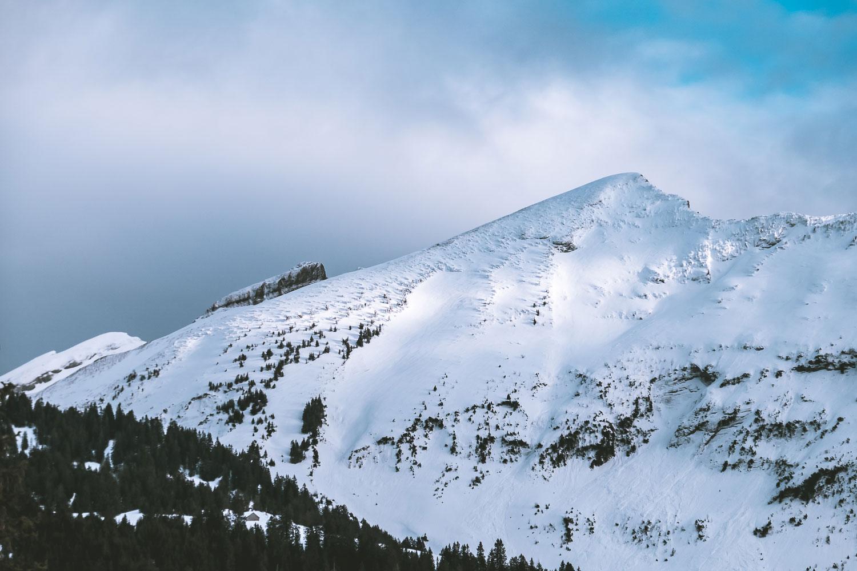 Sonne und Wolken auf der Bergoberfläche
