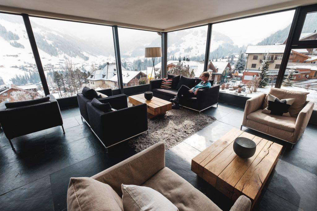 Wintergarten mit Blick auf die Ski-Weltcup Piste